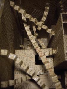 """""""Mise en boite de la pensée"""" photo de la boite réaliser par l'artiste Teddy ros en carton sur des texte du livre """"la maison des feuilles"""" de """"mark z danielewski"""""""