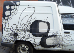 camionnette réaliser par Teddy Ros pour Nohmad spray can et posca inachevé représentant des télévisions et cables électriques en explosion