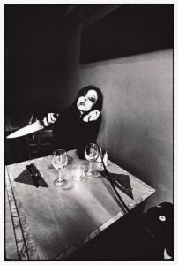 Photo argentique réaliser par l'artiste Teddy Ros, prise de vue et tirage, représentant Sophie avec son nounours et un couteau de cuisine