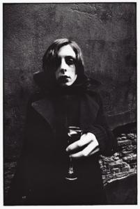Photo argentique réaliser par l'artiste Teddy Ros, prise de vue et tirage, représentant le portrait du Sophie avec un verre de vin rouge