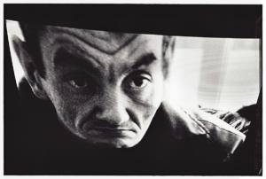 Photo argentique réaliser par l'artiste Teddy Ros, prise de vue et tirage, représentant le visage d'un homme déformer par la télévision