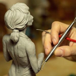 photo d'une sculpture de l'artiste Teddy Ros fait en plastiline représentant une femme nue
