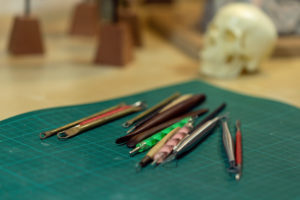 photo des outils de l'artiste Teddy Ros pour la sculpture