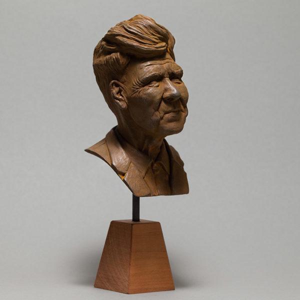 """photo de la sculpture """"David Lynch"""" réaliser par l'artiste Teddy Ros en pâte polymère tirage résine polyuréthane patine oxydation forte"""