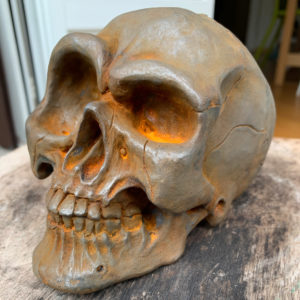 "Photo of the sculpture ""Skull"" 2019 print polyurethane resin strong oxidation patina, made by the artist Teddy Ros"
