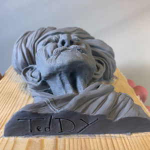 """photo de la sculpture """"Mr moustache"""" 2019, supersculpley réaliser par l'artiste Teddy Ros, l'original"""