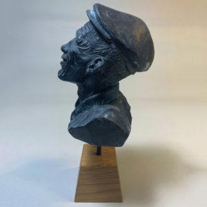 """photo de détails de la sculpture """"mr smile"""" 2018 tirage résine polyuréthane patine bronze bleu, réaliser par l'artiste Teddy Ros en plastiline"""