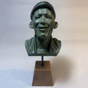 """photo de détails de la sculpture """"mr smile"""" 2018 tirage résine polyuréthane patine or vert, réaliser par l'artiste Teddy Ros en plastiline"""