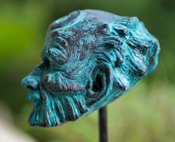"""photo de la sculpture """"Gardien"""" 2020, plastiline réaliser par l'artiste Teddy Ros , tirage résine patine bronze bleu socle en bois de noyé."""