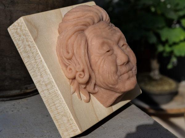"""photo de la sculpture """"Mamy Smille"""" 2019, supersculpley réaliser par l'artiste Teddy Ros , l'original avec un socle en bois de chêne."""