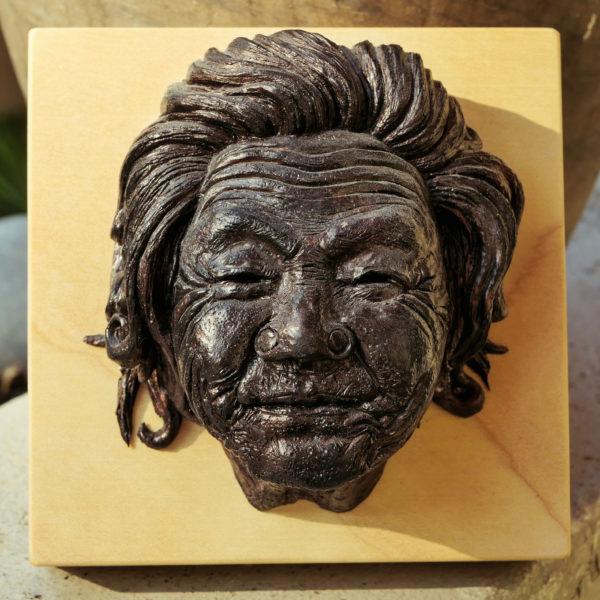 """photo de la sculpture """"Mamy Smille"""" 2019, supersculpley réaliser par l'artiste Teddy Ros avec patine bronze socle bois de chêne."""