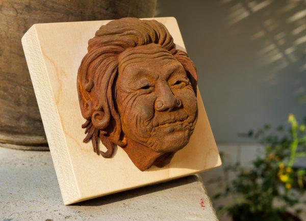 """photo de la sculpture """"Mamy Smille"""" 2019, supersculpley réaliser par l'artiste Teddy Ros avec patine oxydation forte socle bois de chêne."""