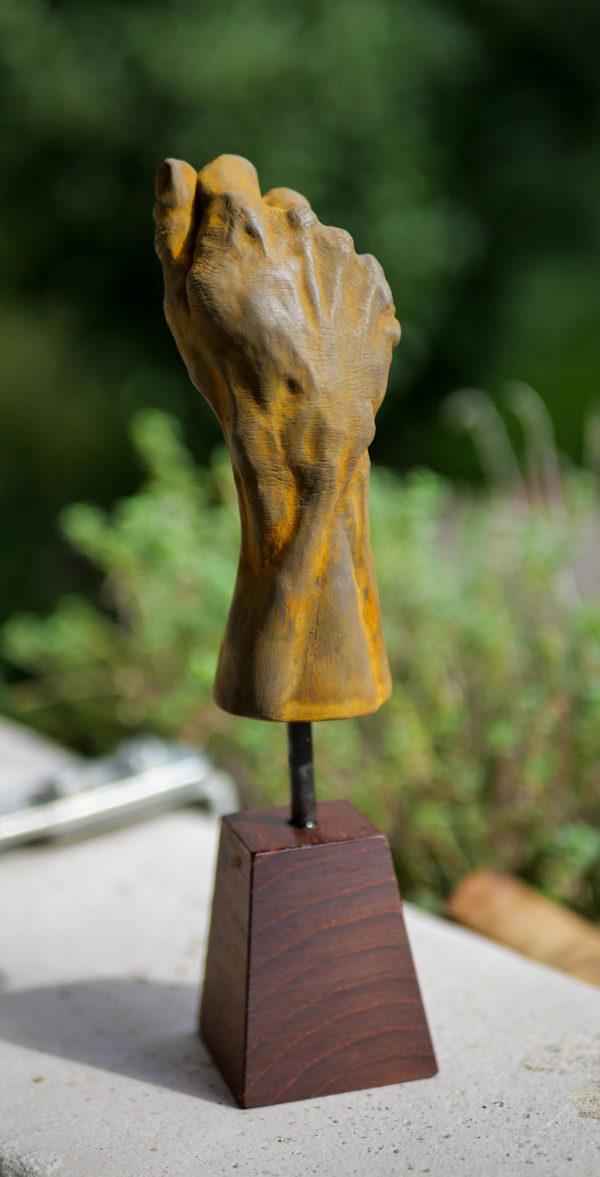 """photo de la sculpture """"Main"""" 2020, supersculpley réaliser par l'artiste Teddy Ros , tirage résine patine oxydation forte socle en bois de noyé."""